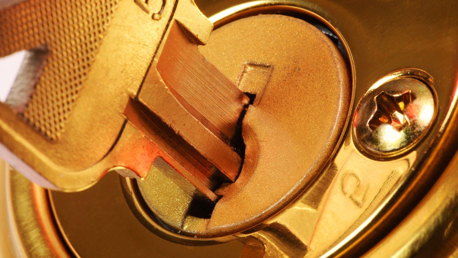 chiave in un buco della serratura
