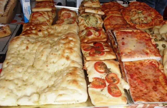 delle focacce, pizze e prodotti di panetteria