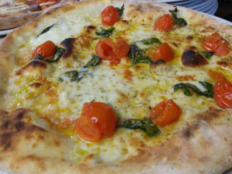 Pizza pomodorini e acciughe al Ristorante Pizzeria Donna Sofi' ad Avigliana