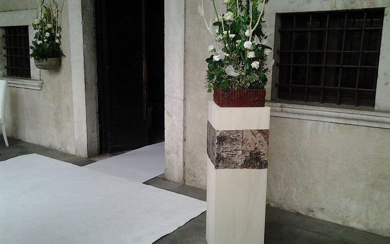 composizioni in struttura con fiori freschi
