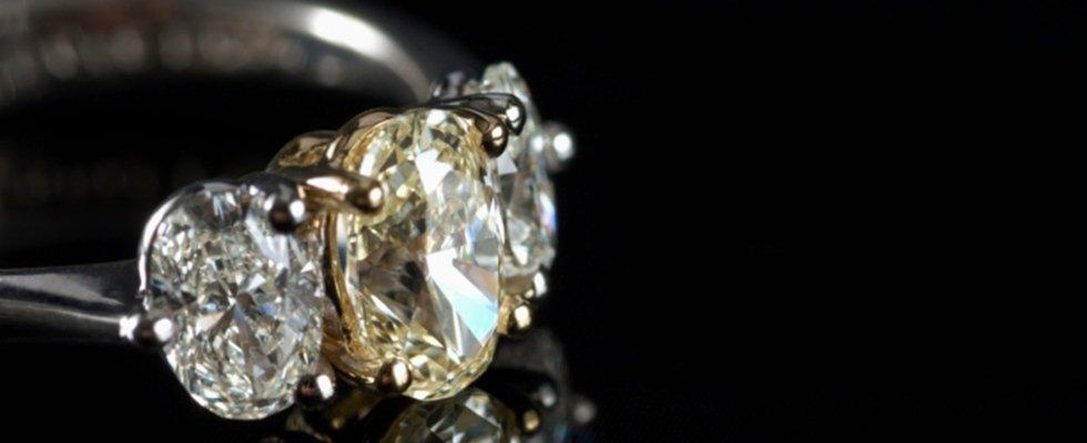 Dettaglio anello prezioso con diamanti