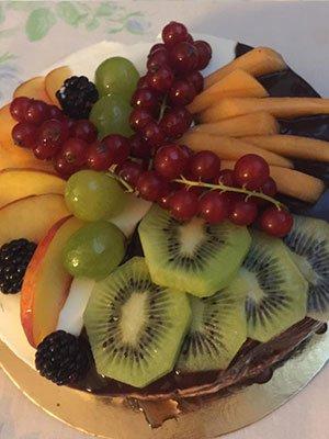 un dolce con la frutta fresca