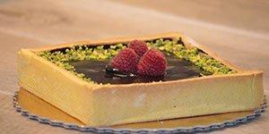 una torta al cioccolato, pistacchi e fragole