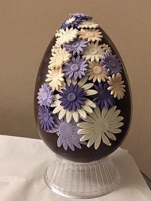 una uova di pasqua con dei disegni di fiori
