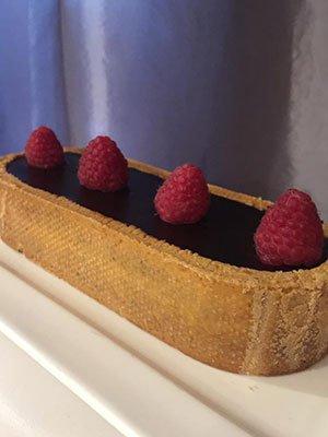 una torta al cioccolato e delle fragole