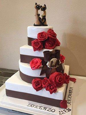 una torta nuziale a piani con decorazione delle rose
