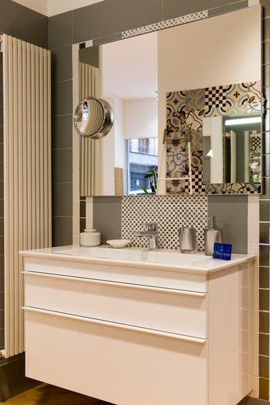 bagno moderno con lavabo, specchio e oggetti da bagno