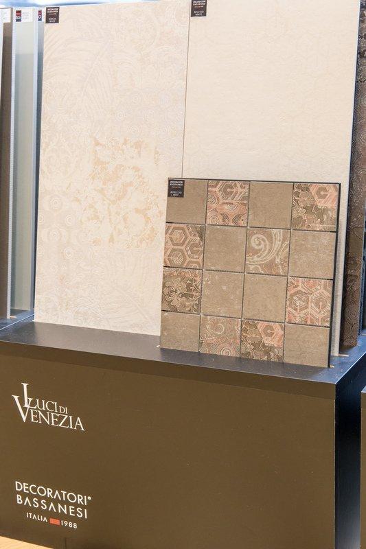 Arredo bagno e piastrelle per parete-Decoratori Bassanesi Italia 1988