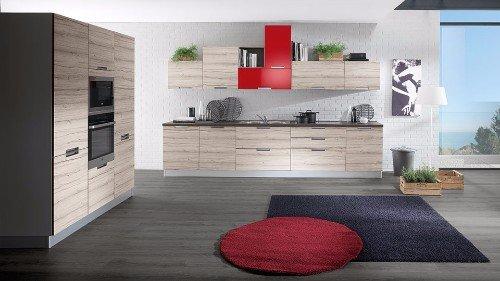 vista frontale di una cucina in legno chiaro con un tappeto rosso e grigio