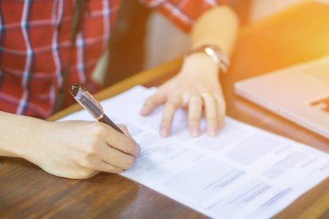uomo firma dei documenti
