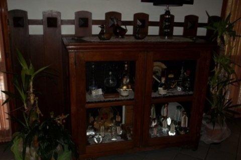 Mobile antico con liquori