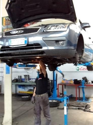 meccanico riparando l'auto