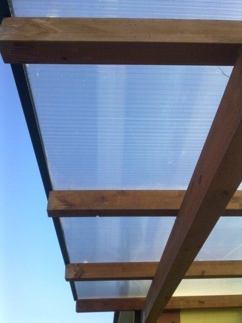 tettoia con struttura in legno e policarbonato