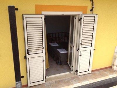 Porta finestra aperta vista dall'esterno