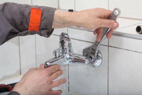 idraulico mentre ripara rubinetto