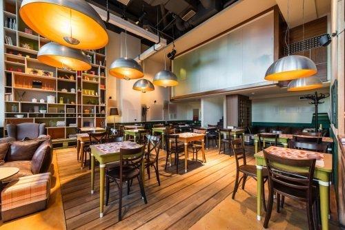 sala bar con tavoli e divani