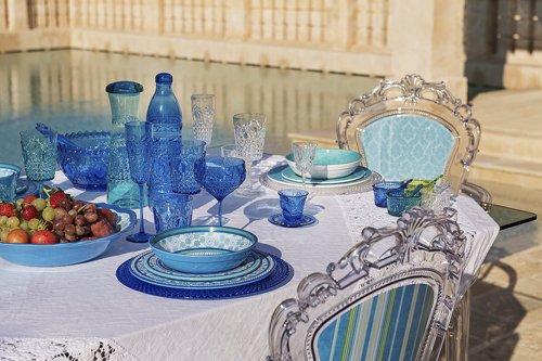 tavola apparecchiata in stile ottocentesco