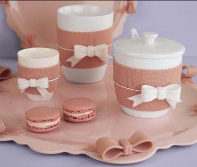 set di tazze con fiocco bianco