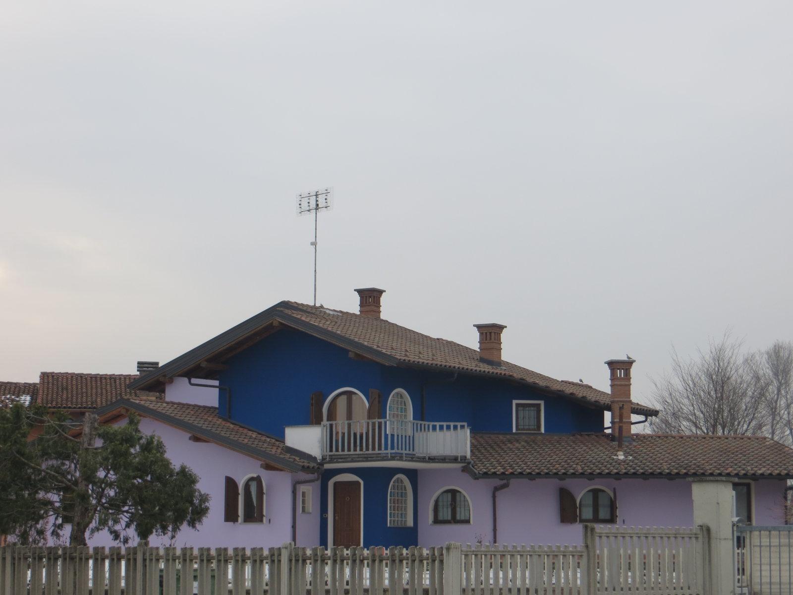 edificio di colore blu e rosa