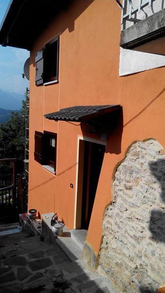 facciata arancione di un edificio