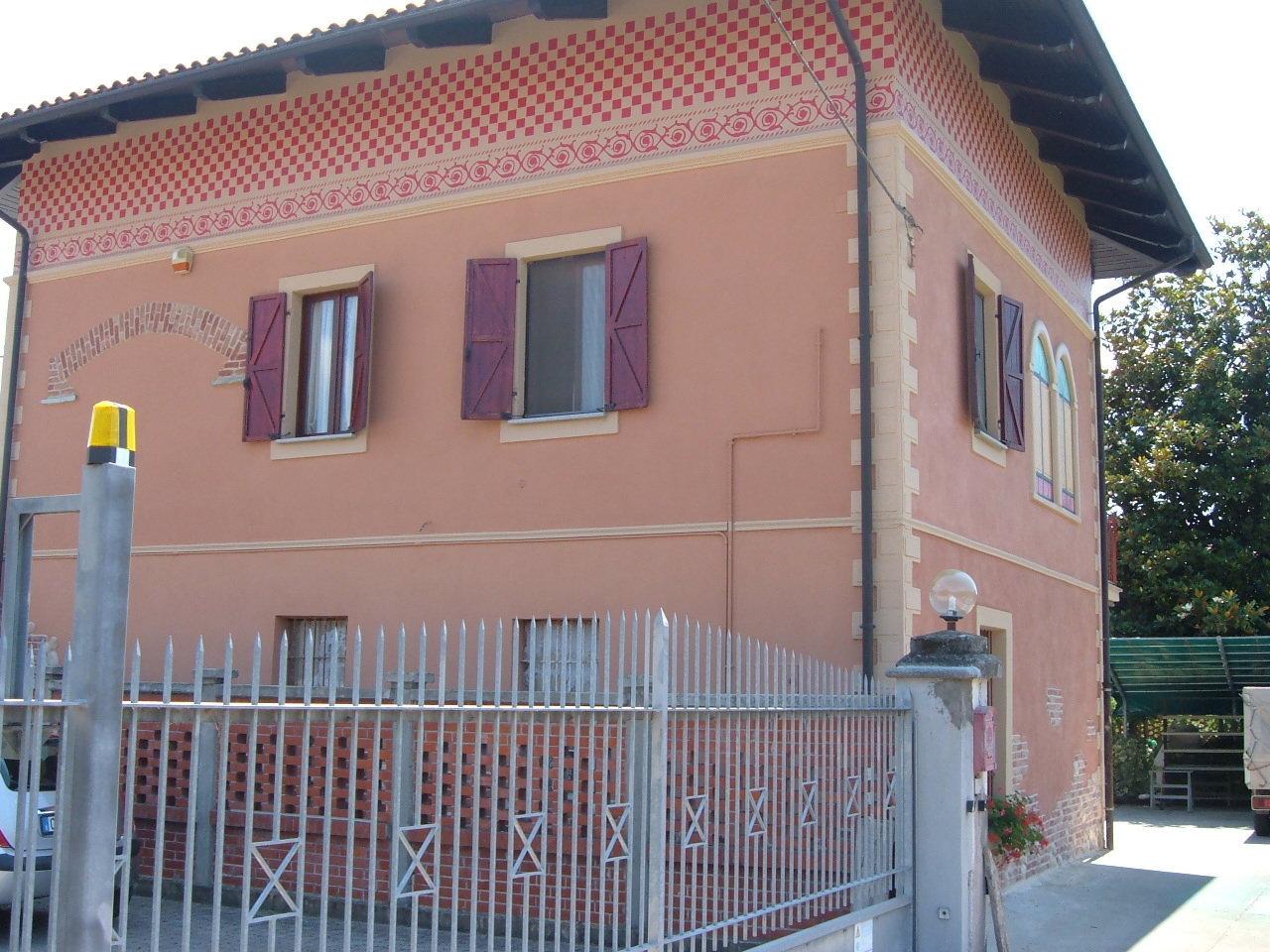 ringhiera esterna grigia e facciata di un edificio arancione