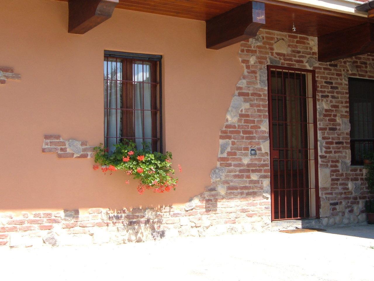 parete esterna decorata con mattoni a vista