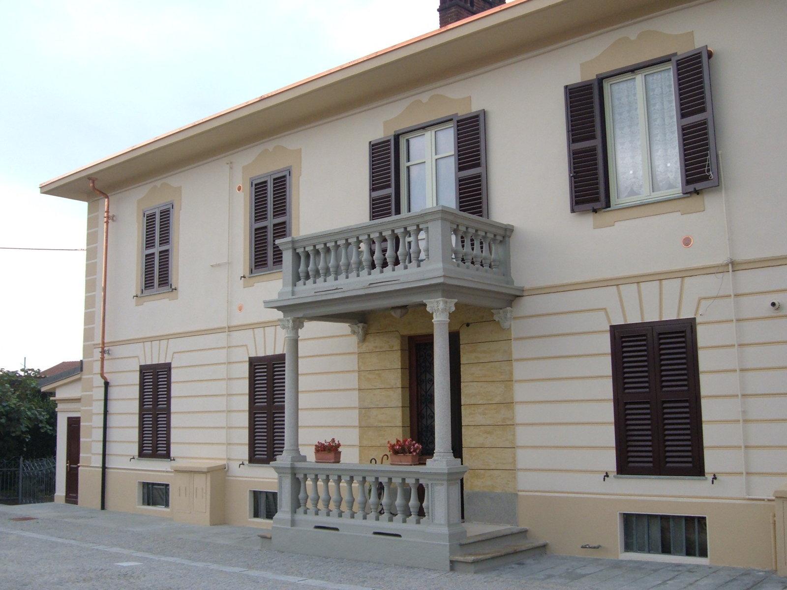 ingresso di un edificio decorato con pietra