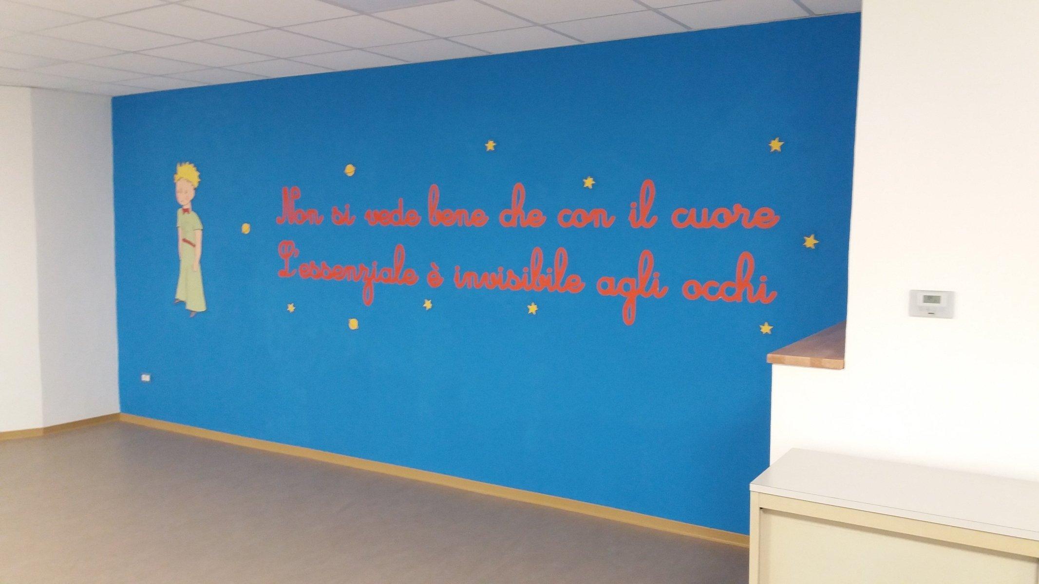 parete azzurra con una frase arancione