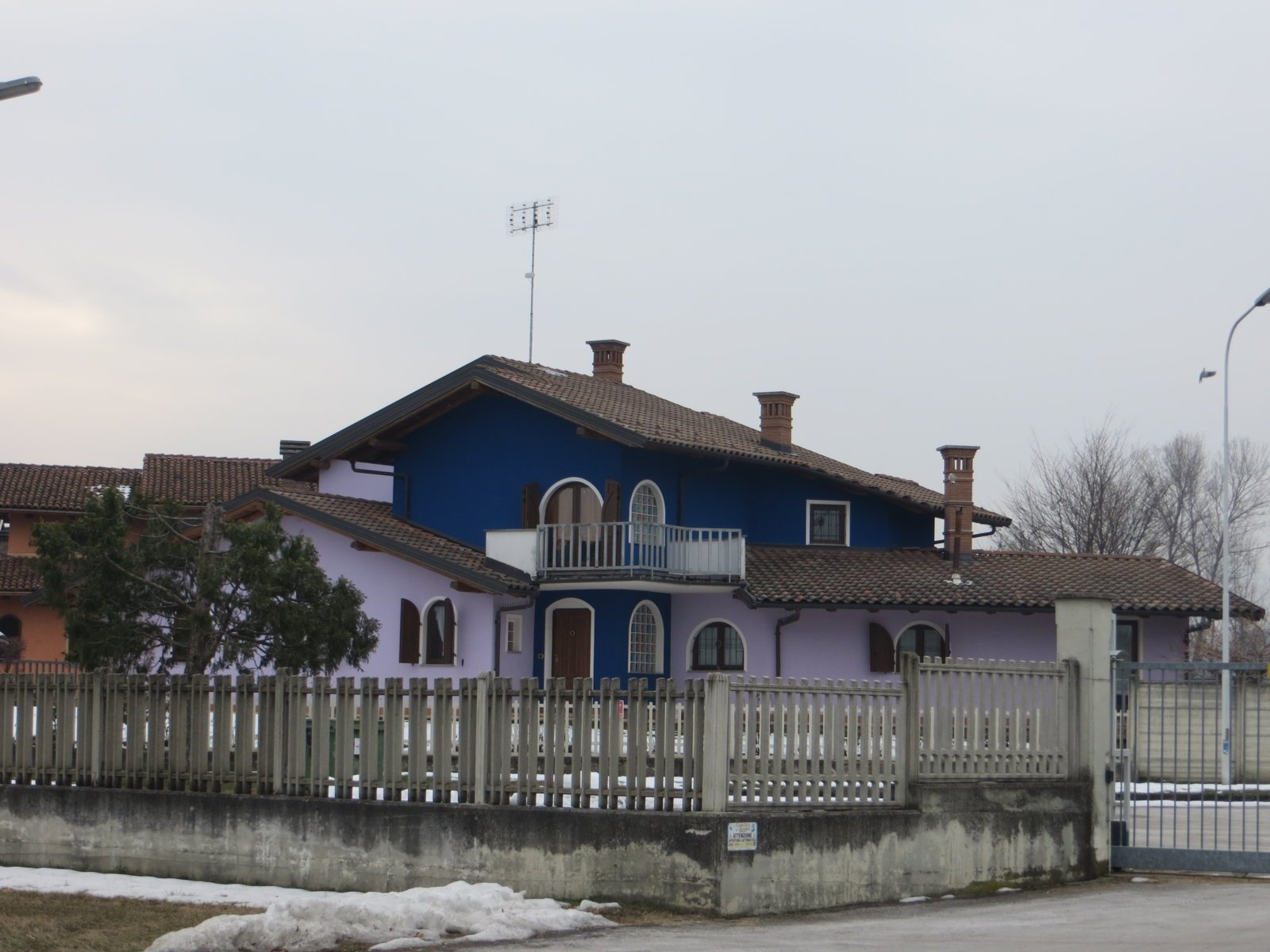 villa con pareti esterne di colore blu e rosa