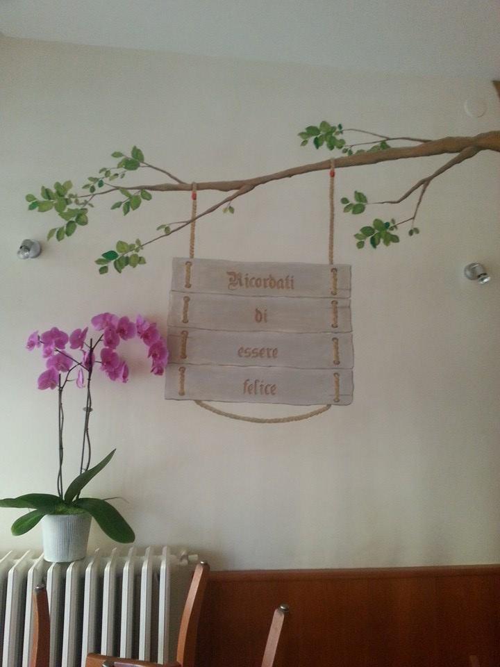 parete bianca con disegno di un albero