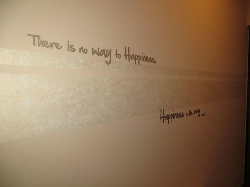 una frase scritta su di una parete