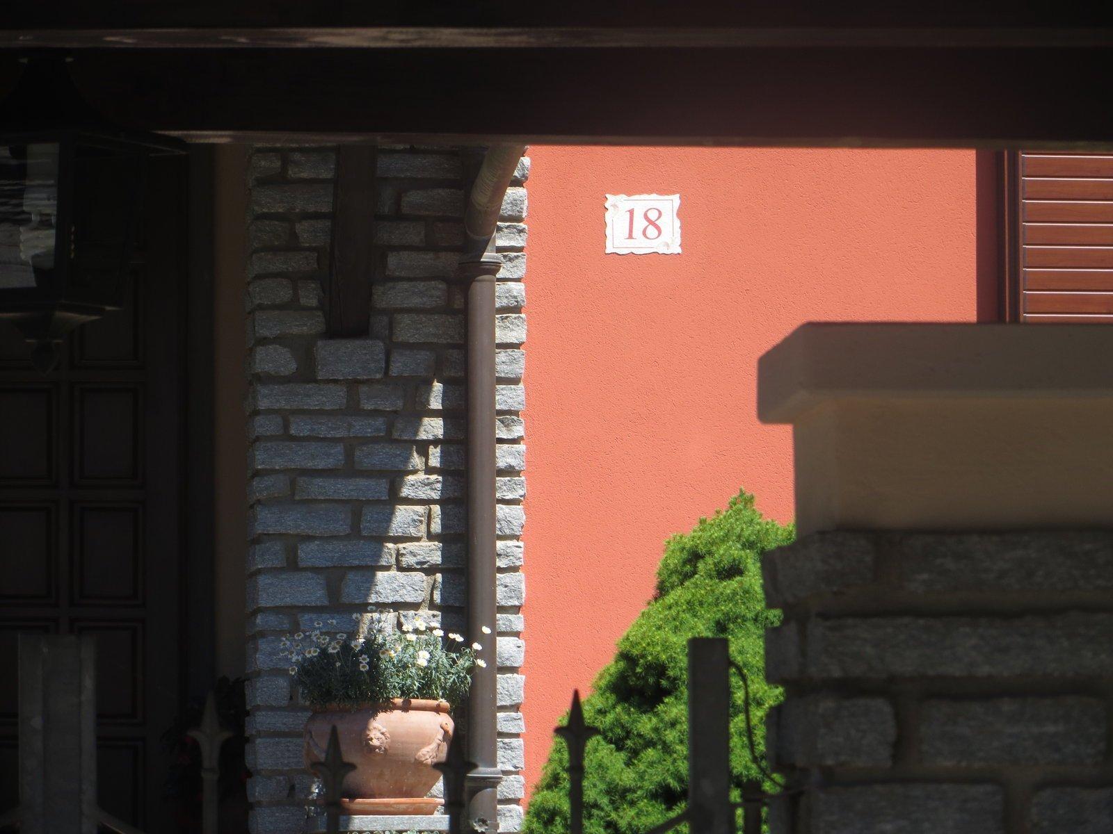 decorazione in pietra su parete esterna rosa