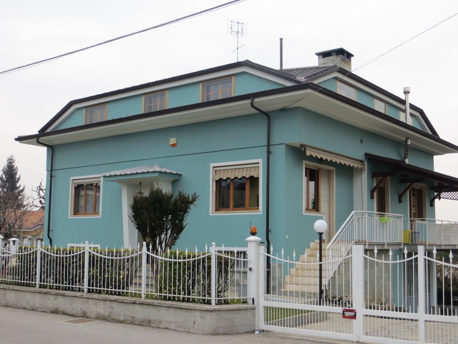 esterno di una villa di colore azzurro