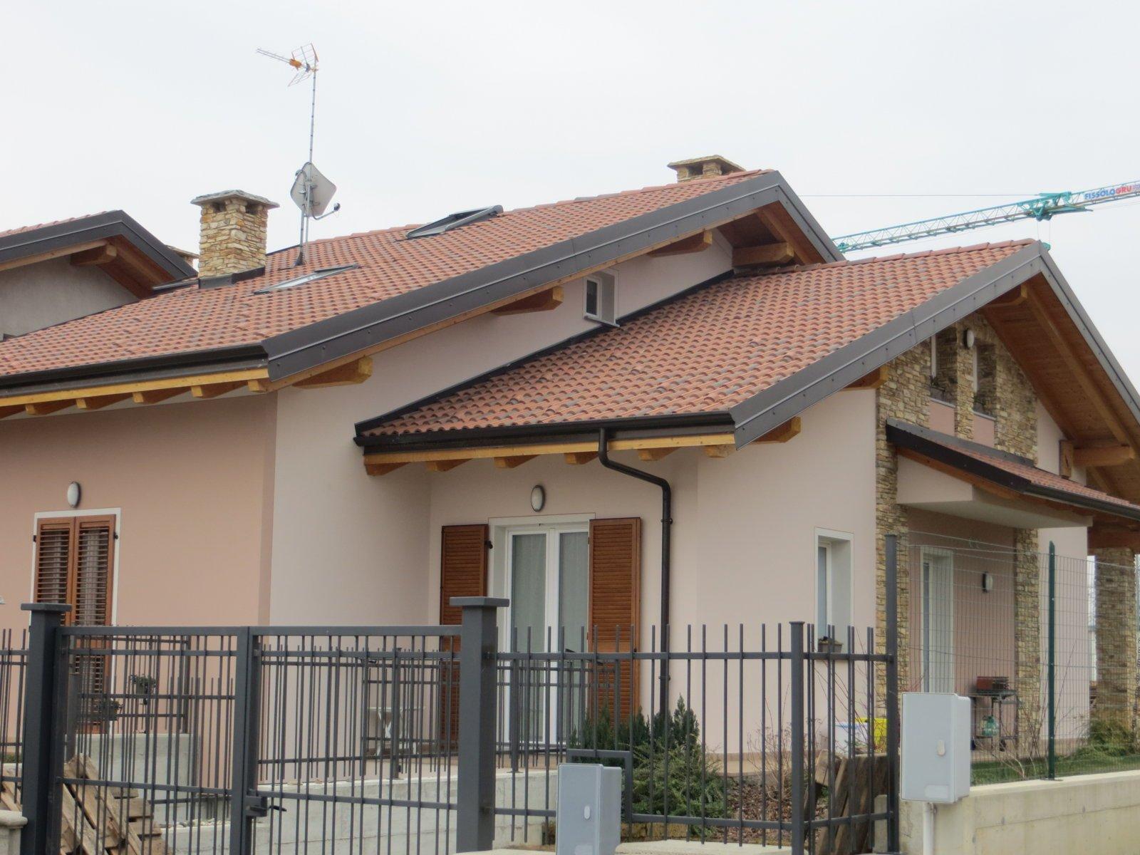 ingresso di una villa con tetto spiovente