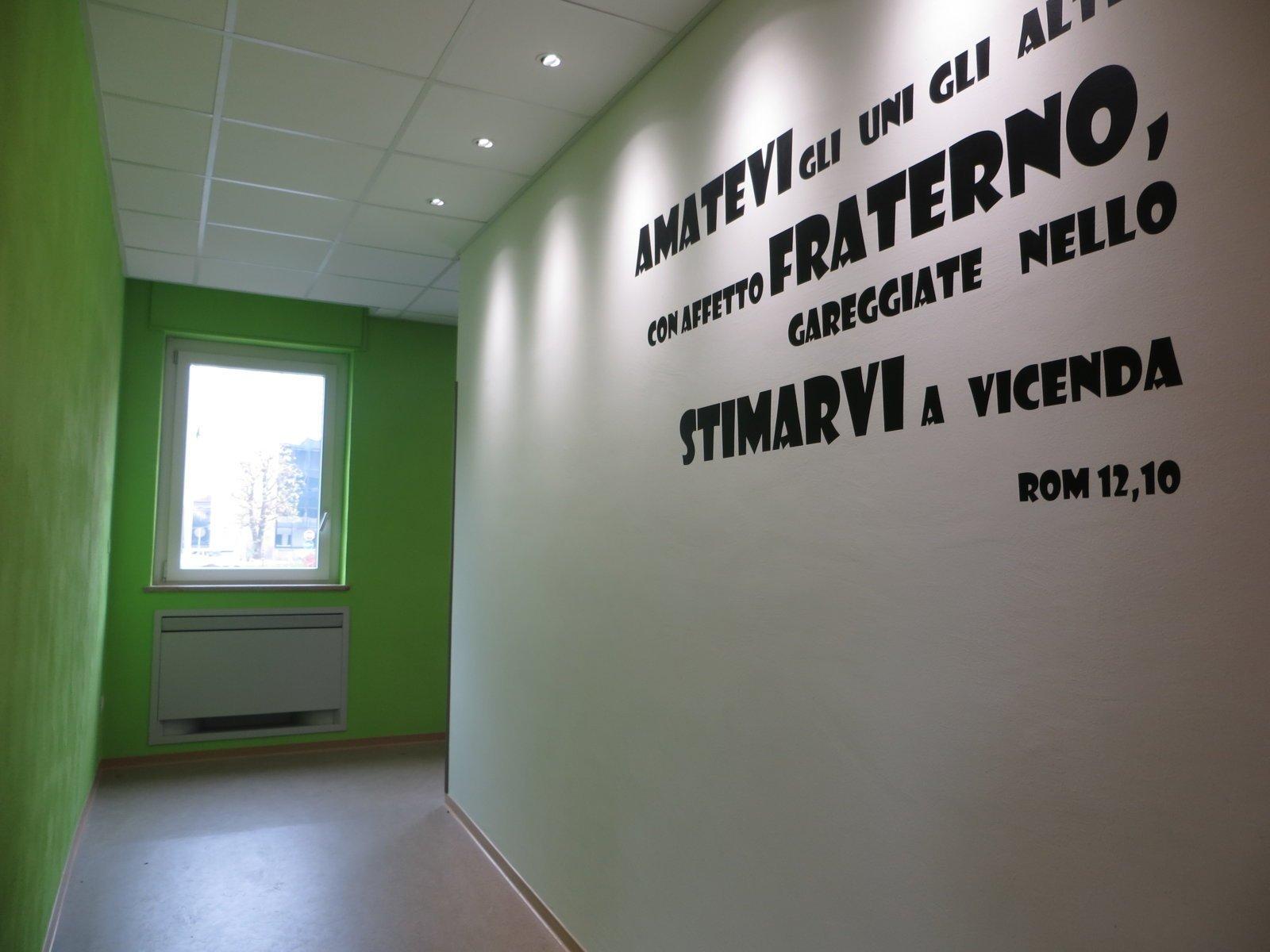 parete bianca e verde con frase nera