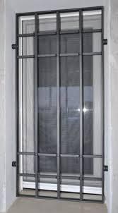finestra singola con inferriate