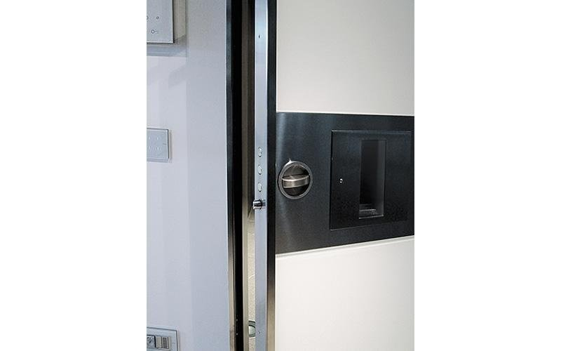 Vertical pivot hinge doors - lock detail