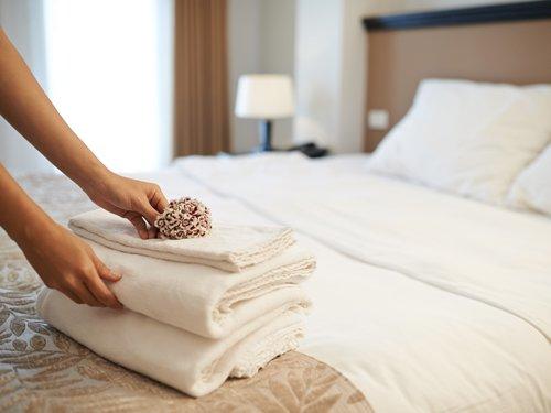 asciugamani piegati sul letto