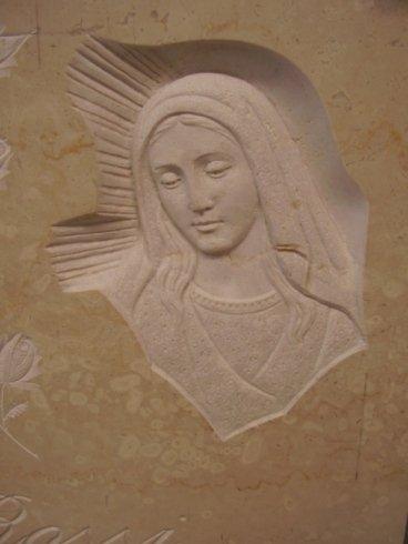 Madonna rappresentata in bassorilievo su marmo