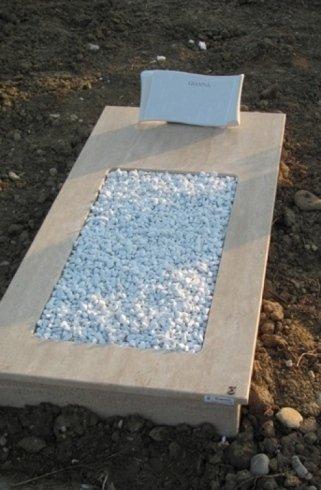 Copritomba in Travertino classico con sassolini bianchi e pergamena in ceramica