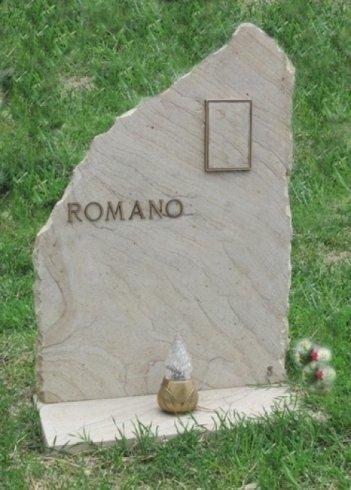 Copritomba in pietra Dorata con finiture in bronzo.