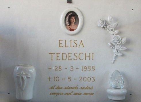 Lapide con vaso lume e cornice per fotoceramica in marmo, tralcio di rose in bronzo smaltato bianco, epigrafe incisa