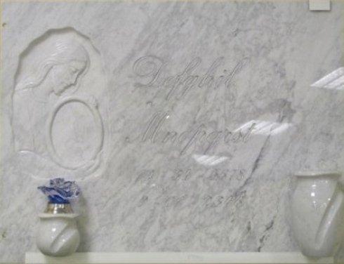 Vaso e lume in marmo, bassorilievo con scasso per fotoceramica, epigrafe incisa