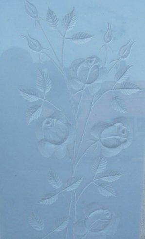 Rappresentazione floreale in bassorilievo su marmo