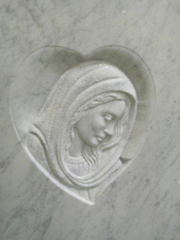 Figura religiosa dentro un cuore in bassorilievo su marmo