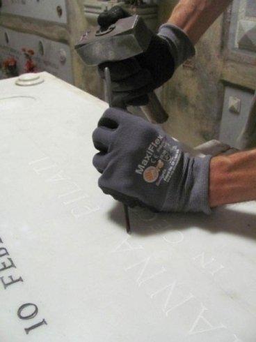 Metodo di incisione epigrafe a mano