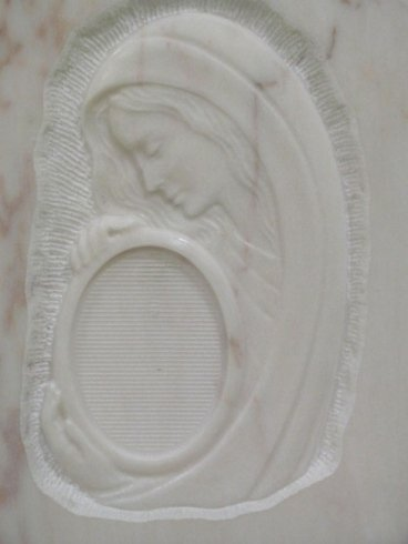 Figura della Madonna in bassorilievo su marmo