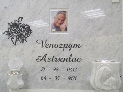 Lapide con vaso e lume in marmo, fotoceramica incassata nella lastra, epigrafe e fiore inciso