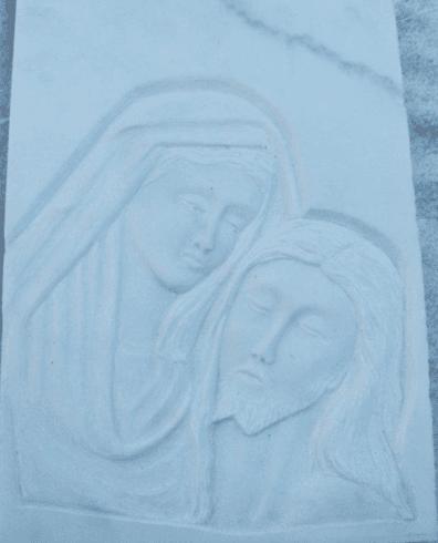 Figure religiose rappresentate su bassorilievo con marmo