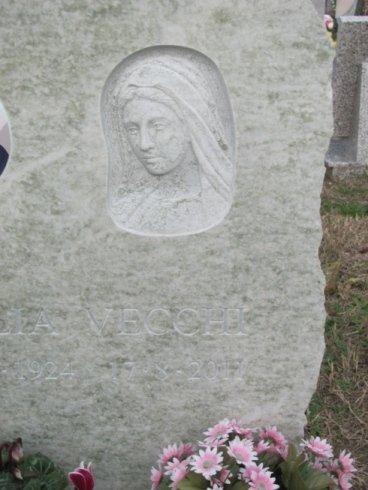 Rappresentazione della Madonna in bassorilievo su granito